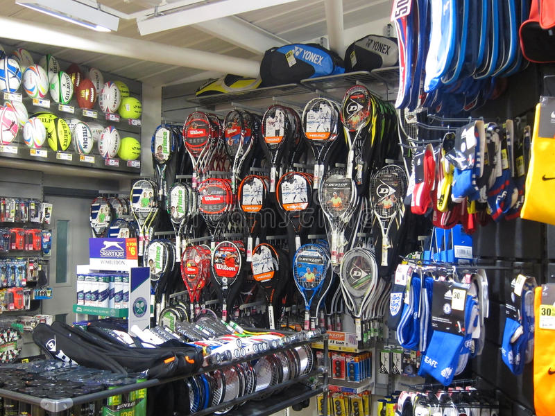Equipo en una tienda de los deportes. imagen de archivo libre de regalías