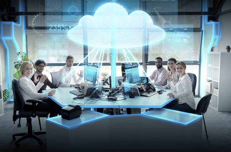 Equipo feliz del negocio con el holograma computacional de la nube fotos de archivo libres de regalías