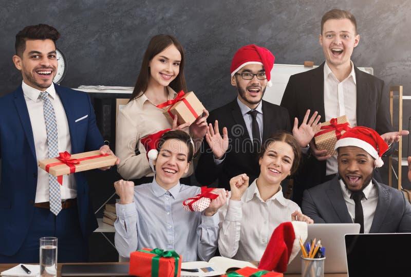 Equipo feliz del negocio que disfruta de la fiesta de Navidad en oficina fotos de archivo