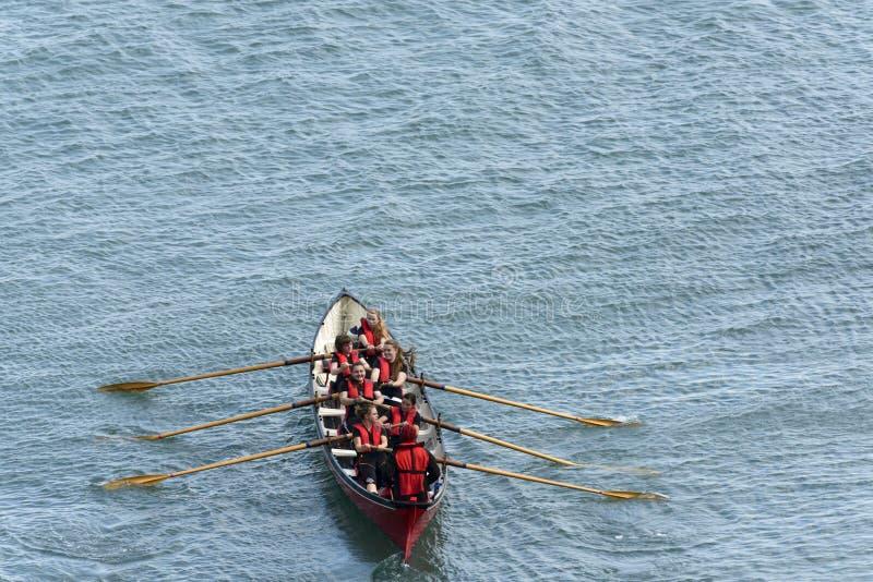 Equipo femenino en el barco de rowing en Clovelly, Devon fotografía de archivo libre de regalías