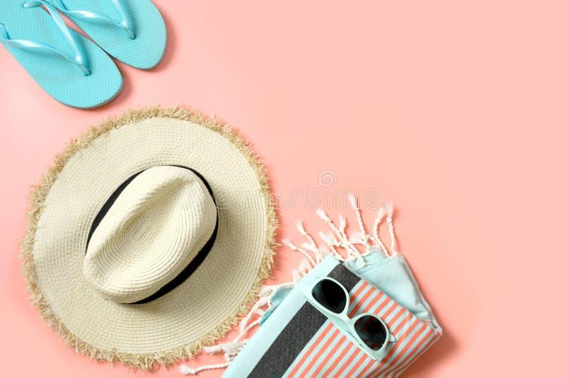 Equipo femenino para la playa Vidrios del sunhat y de sol de la paja en rosa dinámico con el espacio para el texto Concepto del v fotografía de archivo libre de regalías