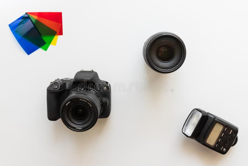 Equipo fotográfico básico, flash, lente, geles del color imagenes de archivo