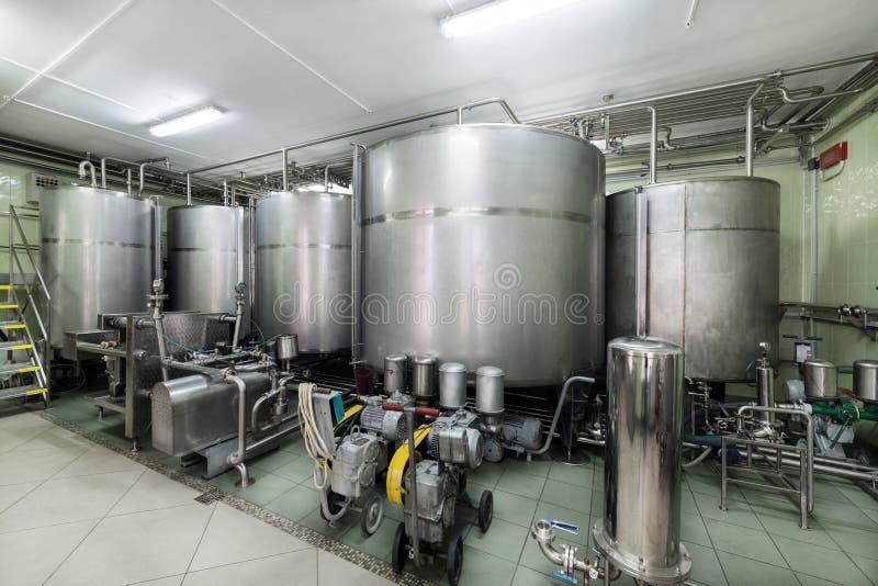 Equipo industrial, los tanques del metal en la fábrica del licor fotos de archivo libres de regalías