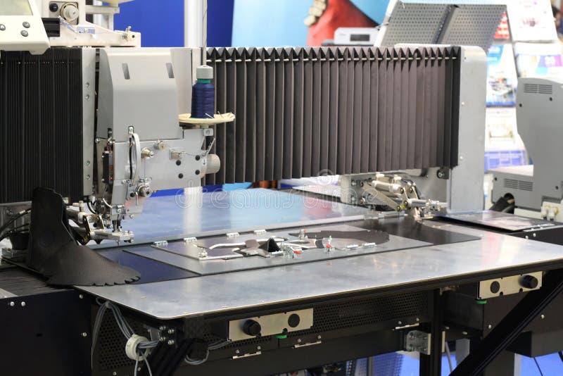 Equipo industrial para trabajar con cuero Cortar las mercancías de cuero imagen de archivo