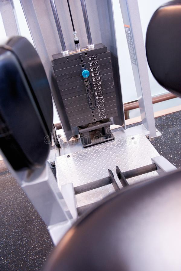 Equipo inmóvil del ejercicio en un gimnasio profesional fotografía de archivo libre de regalías
