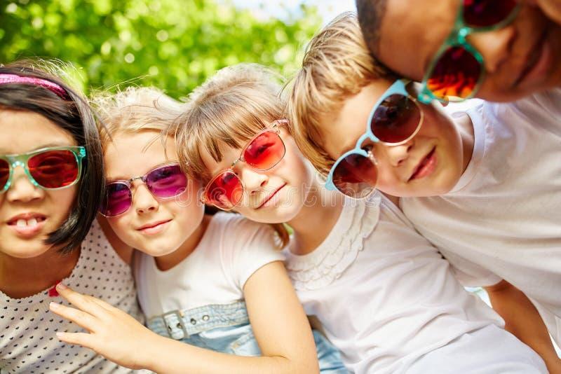 Equipo interracial de niños en verano fotos de archivo