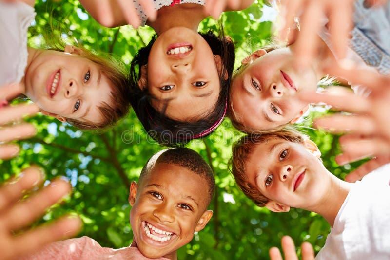 Equipo interracial de niños foto de archivo