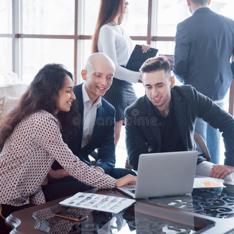 Equipo joven de compañeros de trabajo que hacen la gran discusión del negocio en oficina coworking moderna Concepto de la gente d imagenes de archivo