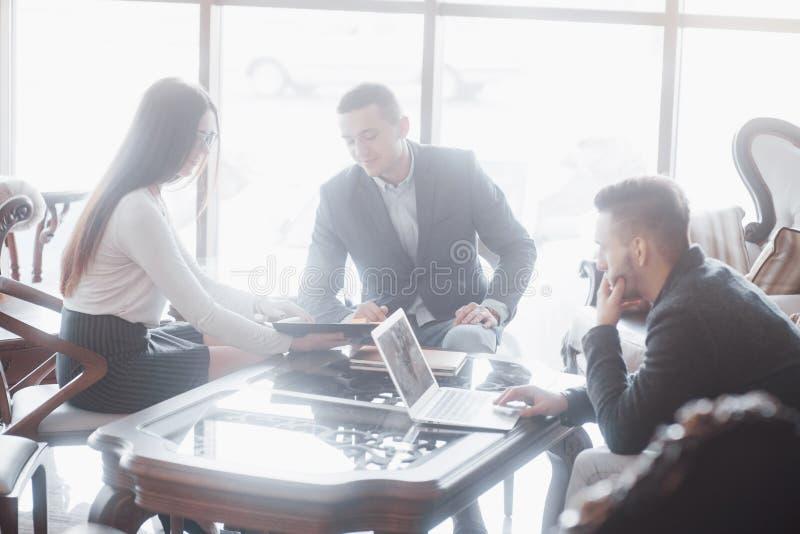 Equipo joven de compañeros de trabajo que hacen la gran discusión del negocio en oficina coworking moderna Concepto de la gente d imágenes de archivo libres de regalías