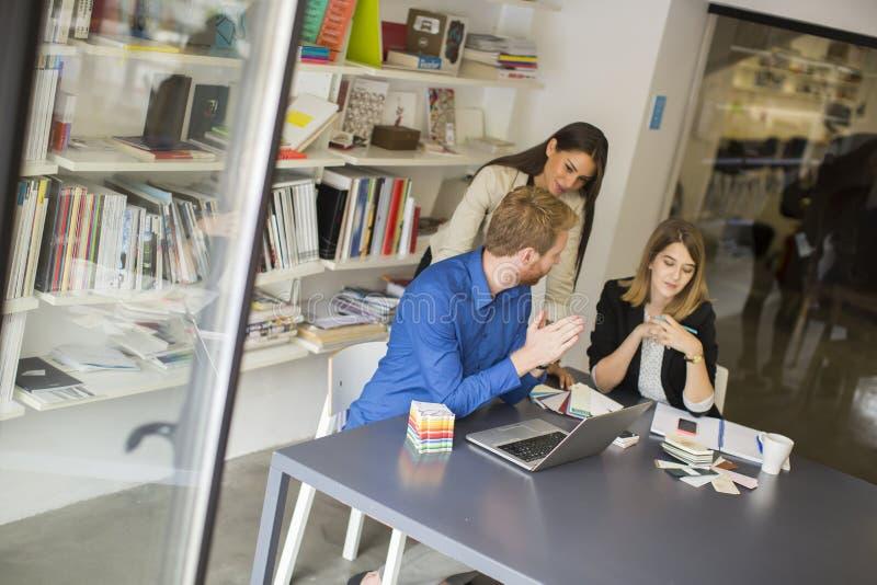 Equipo joven del negocio que trabaja en una oficina moderna imagen de archivo libre de regalías