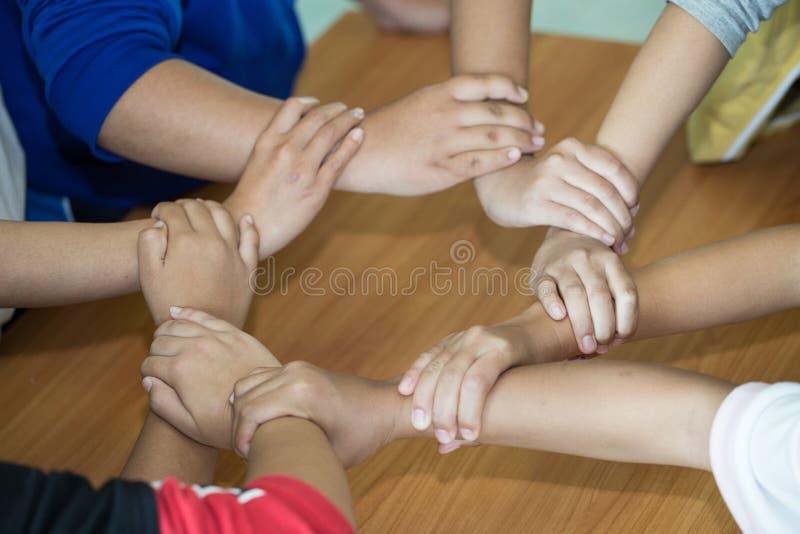 Equipo joven que pone las manos para el nuevo inicio en oficina creativa, el Co-trabajo de Team Teamwork Togetherness Collaborati fotografía de archivo