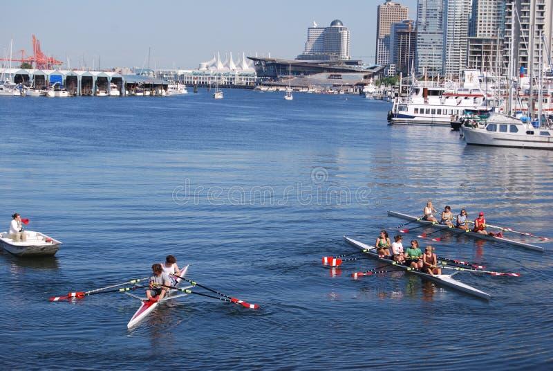 Equipo Kayaking en la costa de Vancouver fotografía de archivo libre de regalías