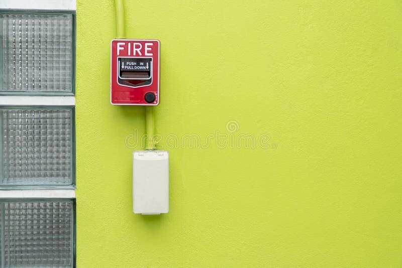 Equipo la alarma de incendio en el fondo verde fotografía de archivo