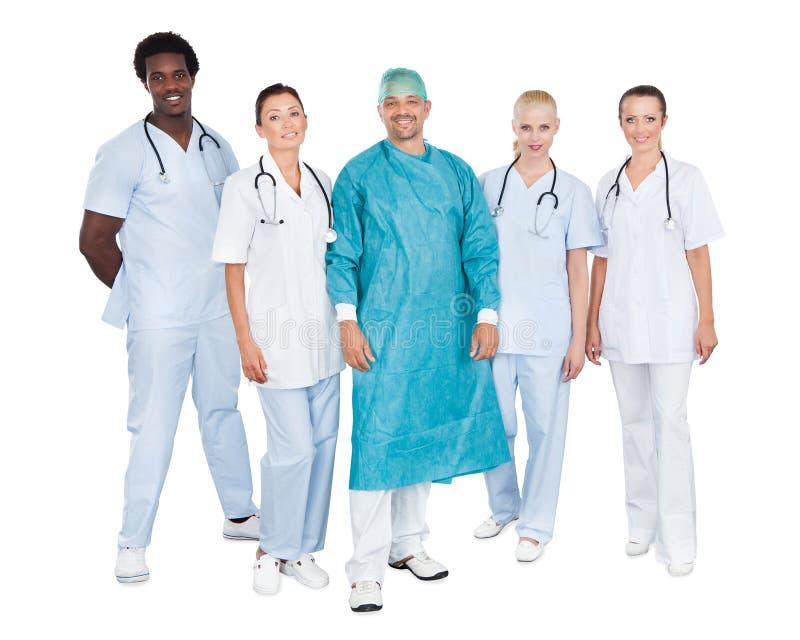 Equipo médico confiado contra el fondo blanco fotos de archivo
