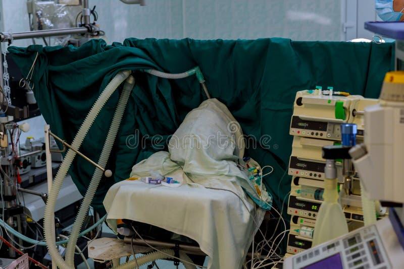 Equipo médico de la cirugía que actúa en el sitio de la cirugía del cirujano maduro del hospital fotografía de archivo