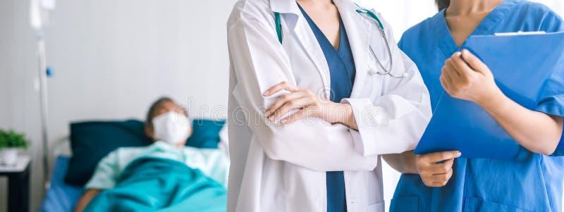 Equipo médico del doctor y de la enfermera con el paciente en fondo foto de archivo