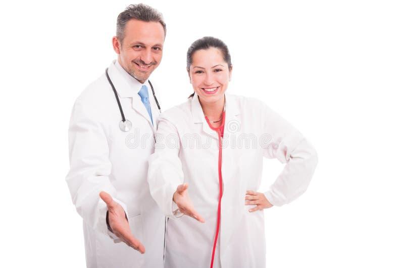 Equipo médico feliz y acertado que hace gesto del apretón de manos foto de archivo