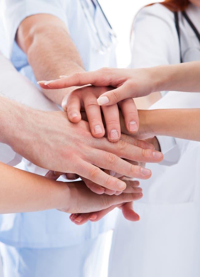 Equipo médico que apila las manos imagenes de archivo