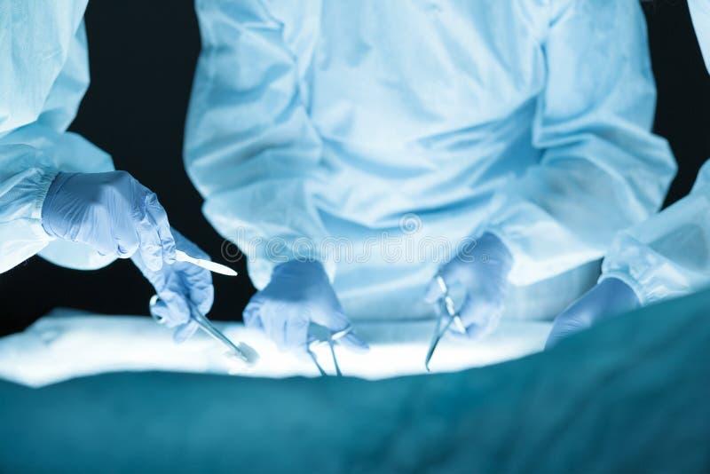 Equipo médico que realiza la operación imagen de archivo