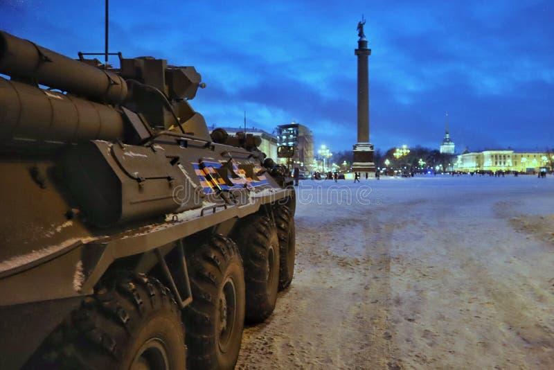 Equipo militar en el cuadrado St Petersburg del palacio en invierno foto de archivo libre de regalías