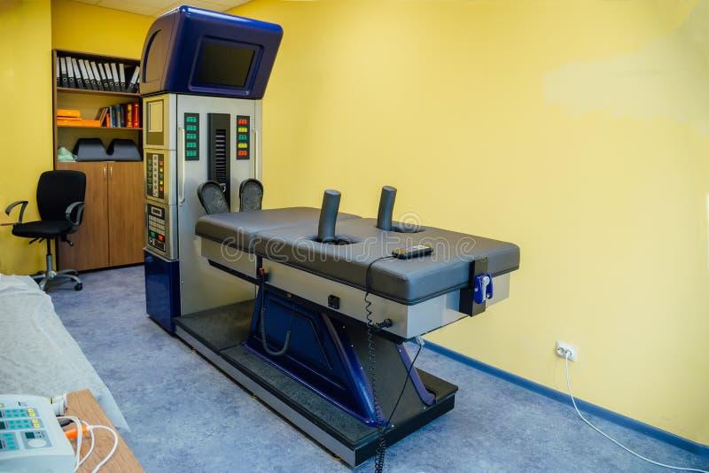 Equipo moderno para el procedimiento de descompresión espinal no-quirúrgico imagen de archivo libre de regalías