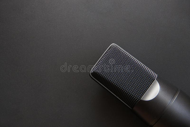 Equipo musical, micrófono profesional del estudio del condensador, color oscuro Ciérrese para arriba desde arriba fotografía de archivo