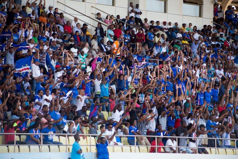 Equipo nacional de los fanáticos del fútbol de Cabo Verde (tiburones azules) en los soportes fotografía de archivo libre de regalías