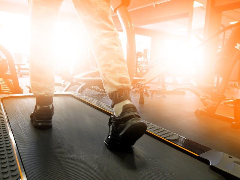 Equipo para entrenar en el gimnasio imagenes de archivo