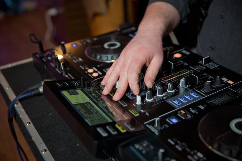 Equipo profesional de la música para la música de mezcla en club nocturno con la mano de DJ DJ mezcla la pista en el club nocturn fotografía de archivo libre de regalías
