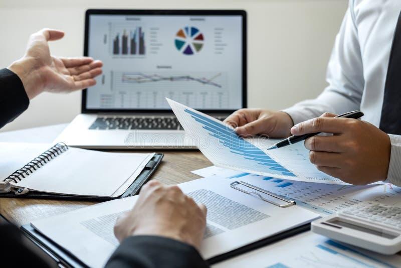 Equipo profesional del colega del negocio que trabaja y que analiza con el nuevo proyecto de las finanzas de la contabilidad, de  foto de archivo