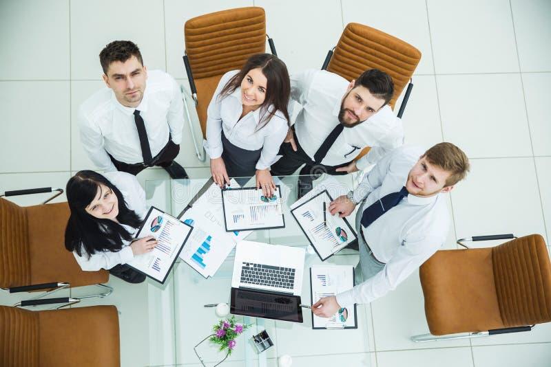 equipo profesional del negocio que desarrolla una nueva estrategia financiera de la compañía en una ubicación del trabajo en una  foto de archivo libre de regalías