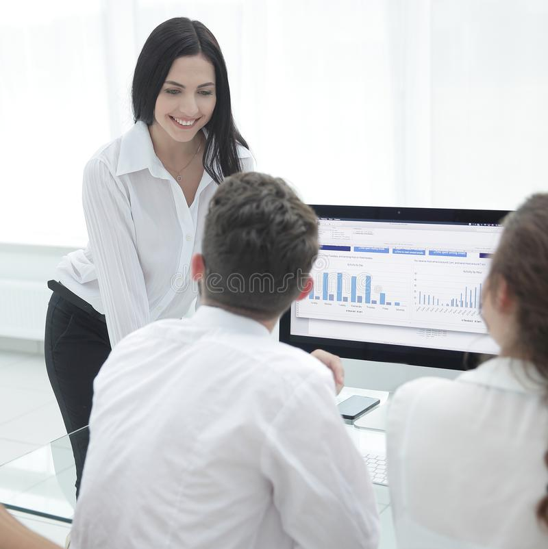 Equipo profesional del negocio que discute comercializando gráficos en la mesa imágenes de archivo libres de regalías