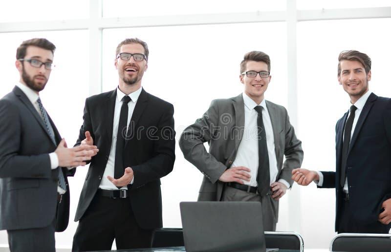 Equipo profesional del negocio que se coloca en la oficina imágenes de archivo libres de regalías