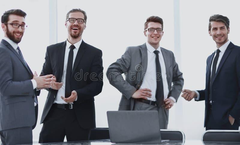 Equipo profesional del negocio que se coloca en la oficina imagenes de archivo