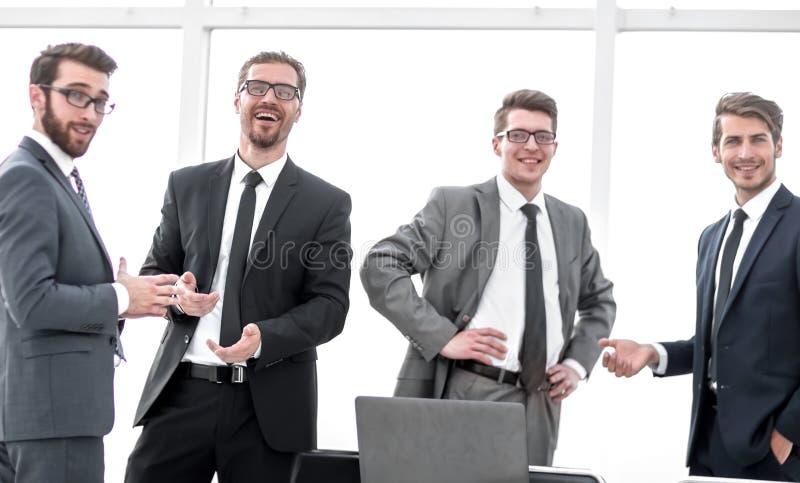 Equipo profesional del negocio que se coloca en la oficina imagen de archivo libre de regalías