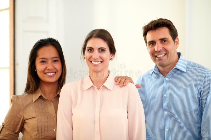 Equipo profesional del negocio que sonríe en usted imagenes de archivo
