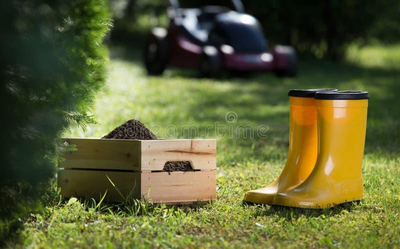 Equipo que cultiva un huerto en hierba imágenes de archivo libres de regalías