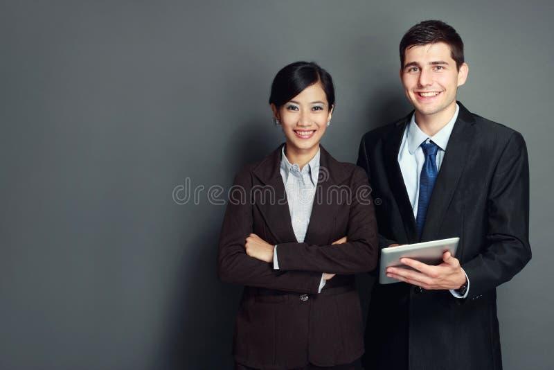 Equipo sonriente del negocio con PC de la tableta foto de archivo libre de regalías