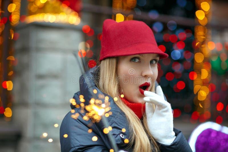 Equipo sorprendido del invierno de la mujer que lleva rubia que celebra invierno foto de archivo libre de regalías
