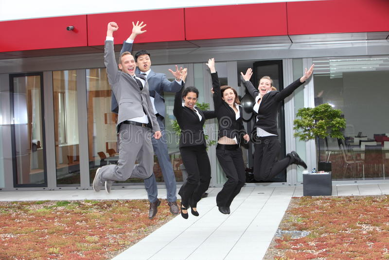 Equipo triunfante del negocio que anima y que celebra imagen de archivo