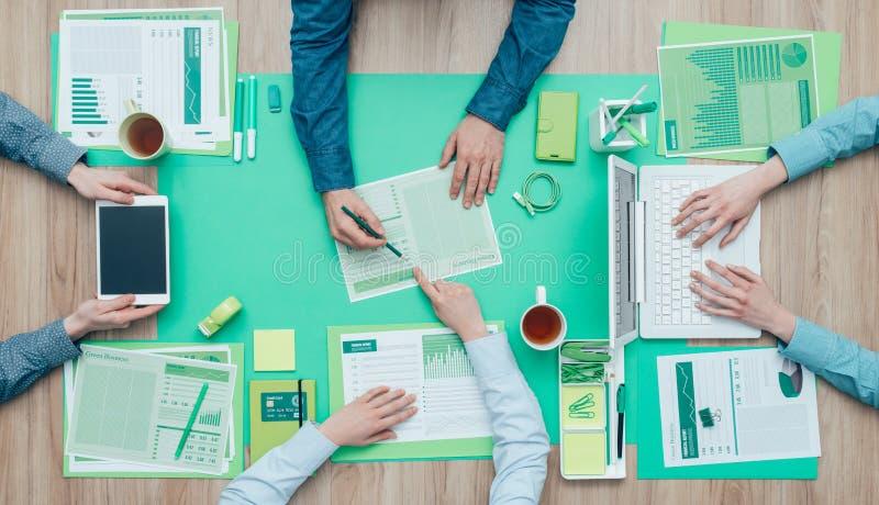 Equipo verde del negocio imagenes de archivo