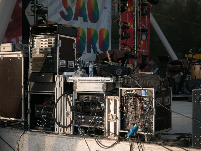 Equipo y cables de la música para un concierto musical imagen de archivo