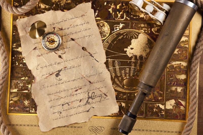 Equipo y carta de la navegación en correspondencia imagen de archivo