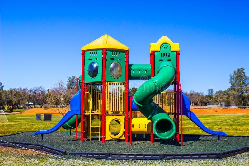 Equipo y diapositivas coloreados multi del patio del ` s de los niños foto de archivo libre de regalías