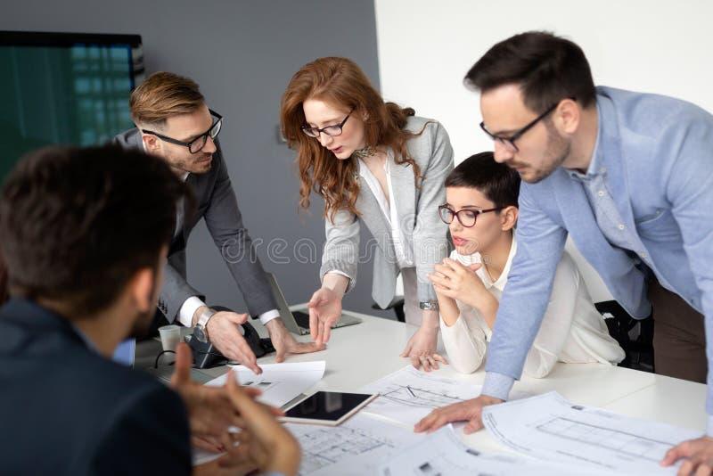 Equipo y encargado del negocio corporativo en una reunión foto de archivo