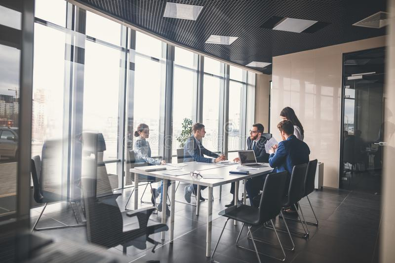Equipo y encargado del negocio en una reunión imagen de archivo libre de regalías