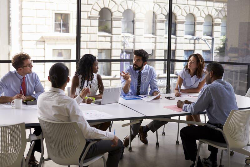 Equipo y encargado en una reunión, cierre del negocio corporativo para arriba foto de archivo