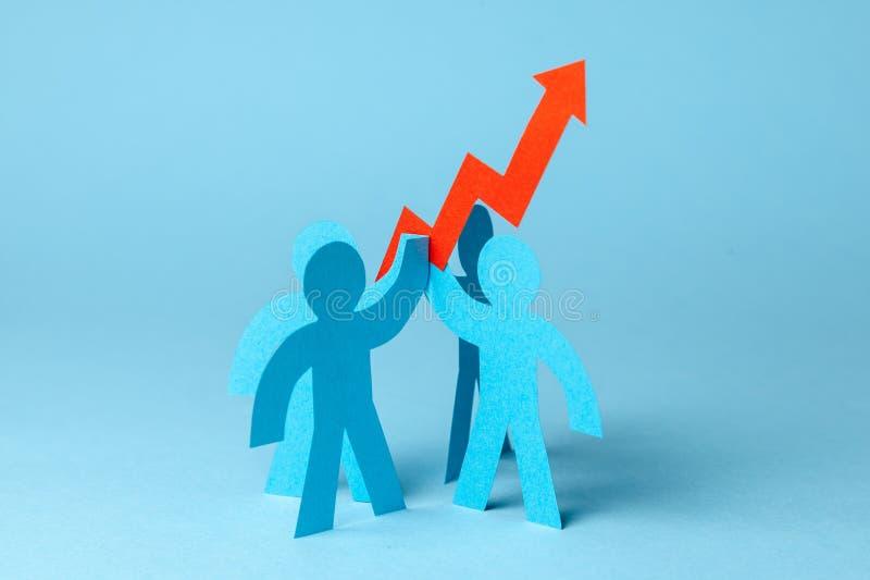 Equipo y rojo del negocio encima de la flecha Ventas crecimiento y gráfico del crecimiento para arriba foto de archivo libre de regalías