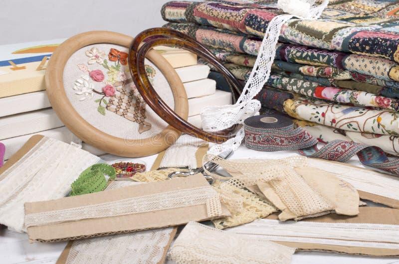 Equipo y telas que acolchan. foto de archivo libre de regalías