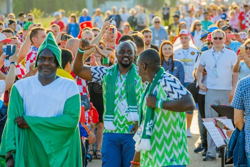 Equipos de ayuda de los fanáticos del fútbol en las calles de la ciudad en el día del partido entre Croacia y Nigeria imagenes de archivo